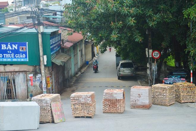 Điều xe tải, dùng gạch, thùng container làm chốt phong tỏa: Người dân vẫn dùng mọi cách để thông chốt - ảnh 13