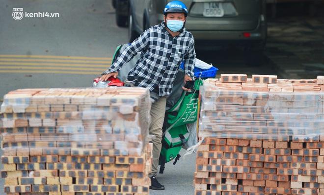 Điều xe tải, dùng gạch, thùng container làm chốt phong tỏa: Người dân vẫn dùng mọi cách để thông chốt - ảnh 16