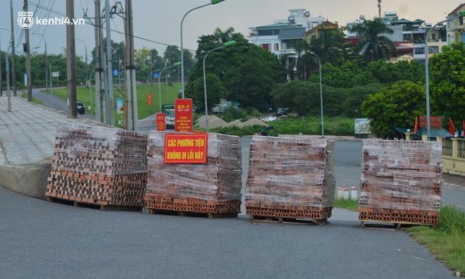 Điều xe tải, dùng gạch, thùng container làm chốt phong tỏa: Người dân vẫn dùng mọi cách để thông chốt - ảnh 6