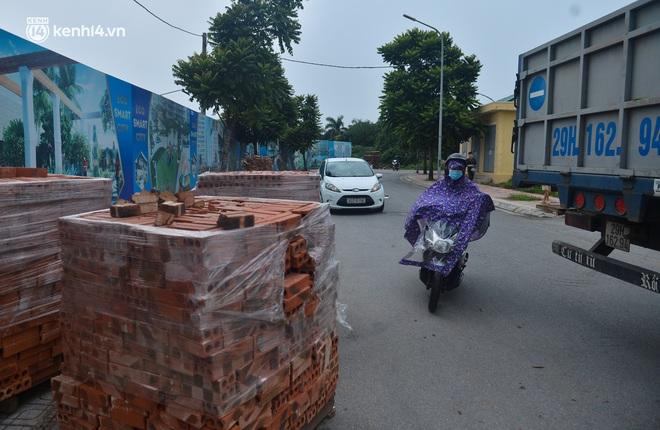 Điều xe tải, dùng gạch, thùng container làm chốt phong tỏa: Người dân vẫn dùng mọi cách để thông chốt - ảnh 9