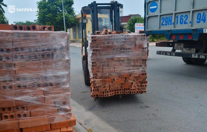 Điều xe tải, dùng gạch, thùng container làm chốt phong tỏa: Người dân vẫn dùng mọi cách để thông chốt - ảnh 10