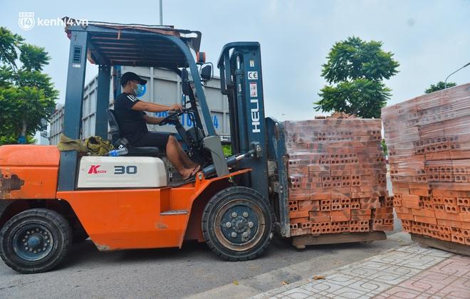 Điều xe tải, dùng gạch, thùng container làm chốt phong tỏa: Người dân vẫn dùng mọi cách để thông chốt - ảnh 12