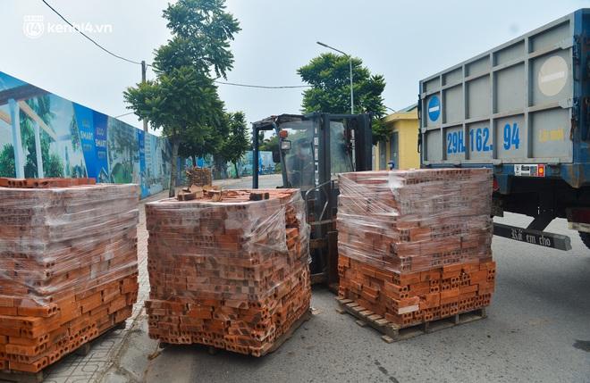 Điều xe tải, dùng gạch, thùng container làm chốt phong tỏa: Người dân vẫn dùng mọi cách để thông chốt - ảnh 11