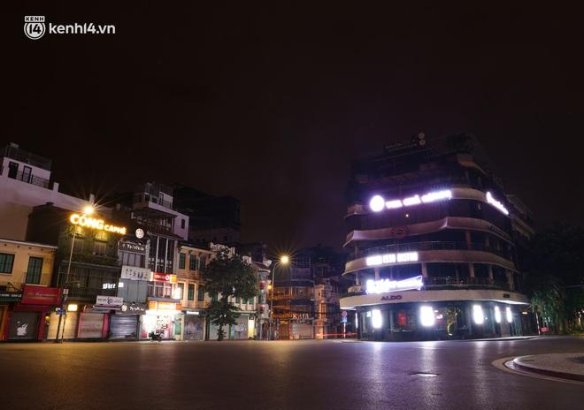 Ảnh: Đêm Hà Nội vắng hơn Tết, đường phố không một bóng người trong những ngày giãn cách xã hội - ảnh 15