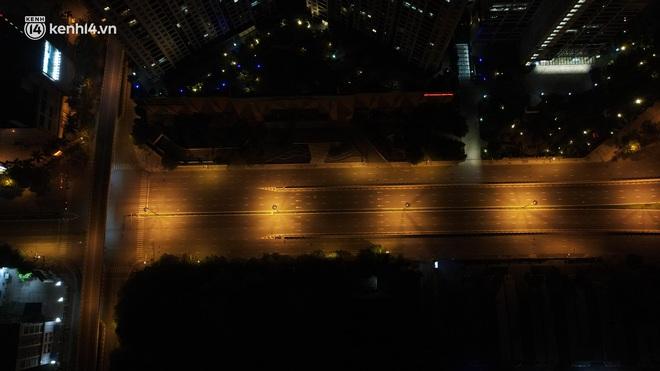 Ảnh: Đêm Hà Nội vắng hơn Tết, đường phố không một bóng người trong những ngày giãn cách xã hội - ảnh 5