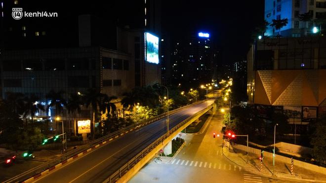Ảnh: Đêm Hà Nội vắng hơn Tết, đường phố không một bóng người trong những ngày giãn cách xã hội - ảnh 6