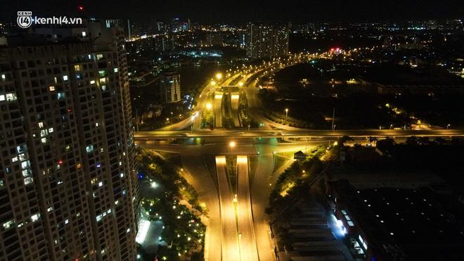 Ảnh: Đêm Hà Nội vắng hơn Tết, đường phố không một bóng người trong những ngày giãn cách xã hội - ảnh 4