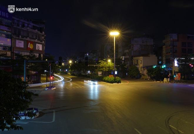 Ảnh: Đêm Hà Nội vắng hơn Tết, đường phố không một bóng người trong những ngày giãn cách xã hội - ảnh 20