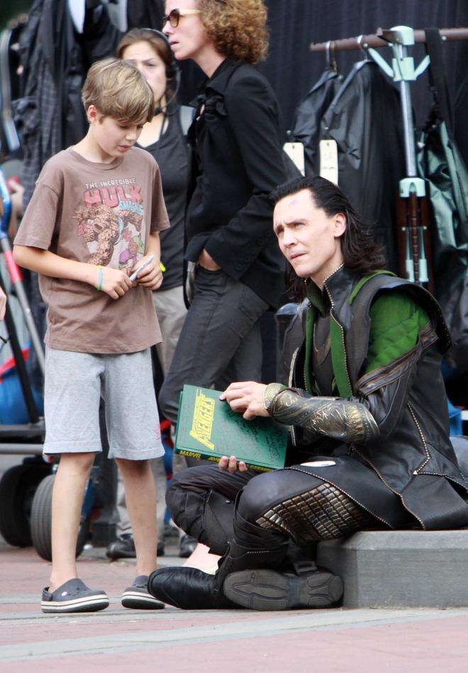Loki luôn đối xử đặc biệt với 1 fan nhí, ai ngờ cậu bé là con ruột của Hulk: Vừa bị bố bé đánh tơi bời, sao dám không ưu ái? - ảnh 1