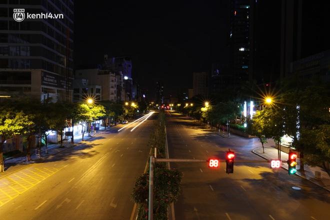 Ảnh: Đêm Hà Nội vắng hơn Tết, đường phố không một bóng người trong những ngày giãn cách xã hội - ảnh 7