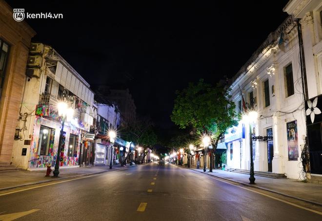 Ảnh: Đêm Hà Nội vắng hơn Tết, đường phố không một bóng người trong những ngày giãn cách xã hội - ảnh 14