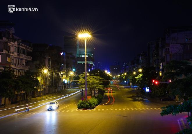 Ảnh: Đêm Hà Nội vắng hơn Tết, đường phố không một bóng người trong những ngày giãn cách xã hội - ảnh 19
