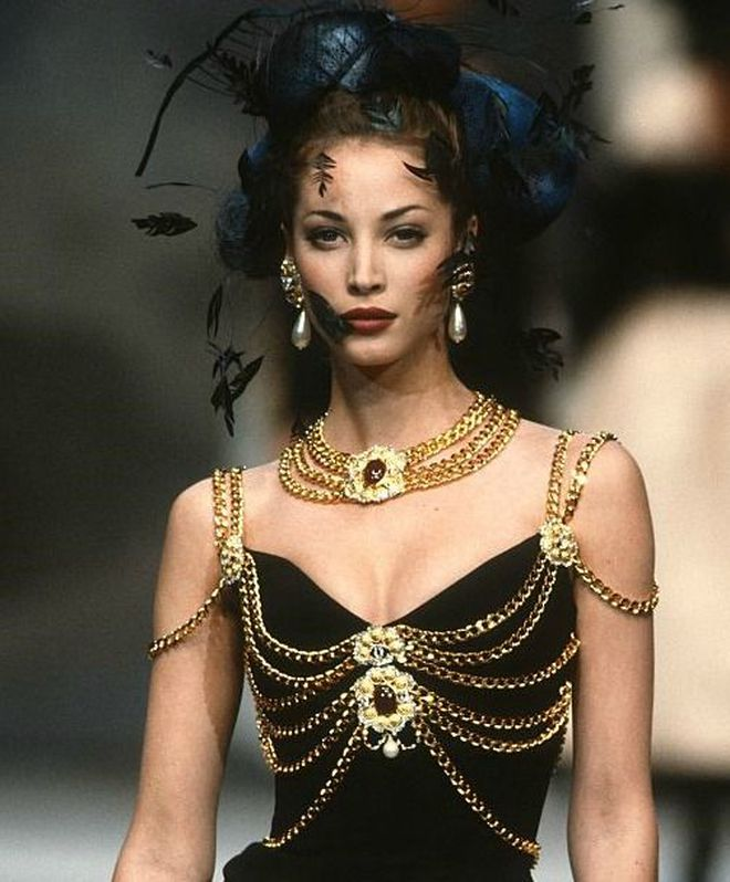 Thương thay chiếc váy Chanel: Tuổi đời 29 năm, bị copy trắng trợn để Á hậu Kim Duyên lẫn... mỹ nhân Thuỷ Thủ Mặt Trăng diện - ảnh 1