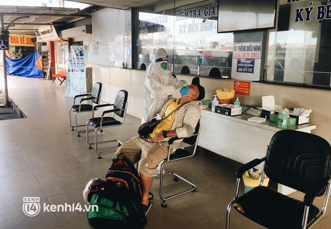 Hơn 300 người dân Bến Tre rời TP.HCM về quê trên chuyến xe đặc biệt: Được quê hương che chở sẽ an tâm hơn - ảnh 2