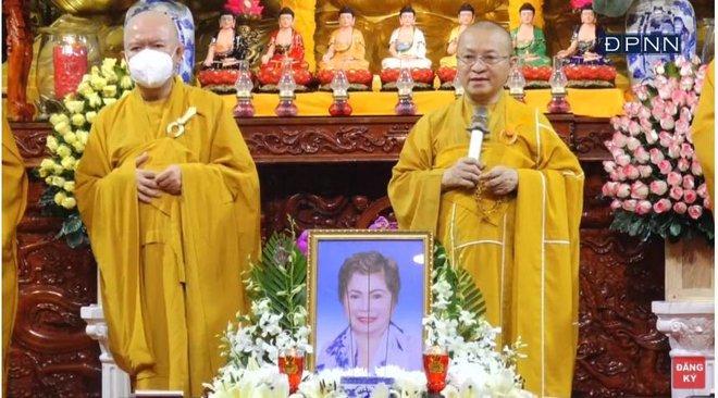 Lễ cầu siêu mẹ danh ca Ngọc Sơn: Xót xa nụ cười người quá cố trên di ảnh, con trai vẫn không thể có mặt vì đang cách ly - ảnh 3