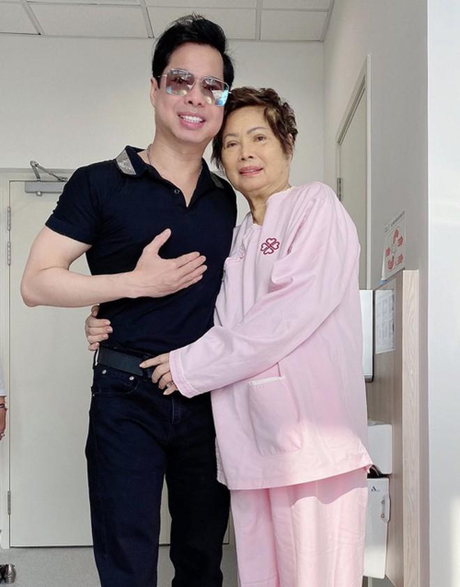 Lễ cầu siêu mẹ danh ca Ngọc Sơn: Xót xa nụ cười người quá cố trên di ảnh, con trai vẫn không thể có mặt vì đang cách ly - ảnh 4
