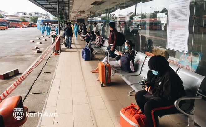 Hơn 300 người dân Bến Tre rời TP.HCM về quê trên chuyến xe đặc biệt: Được quê hương che chở sẽ an tâm hơn - ảnh 5