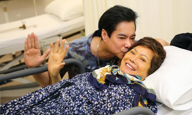 Lễ cầu siêu mẹ danh ca Ngọc Sơn: Xót xa nụ cười người quá cố trên di ảnh, con trai vẫn không thể có mặt vì đang cách ly - ảnh 7
