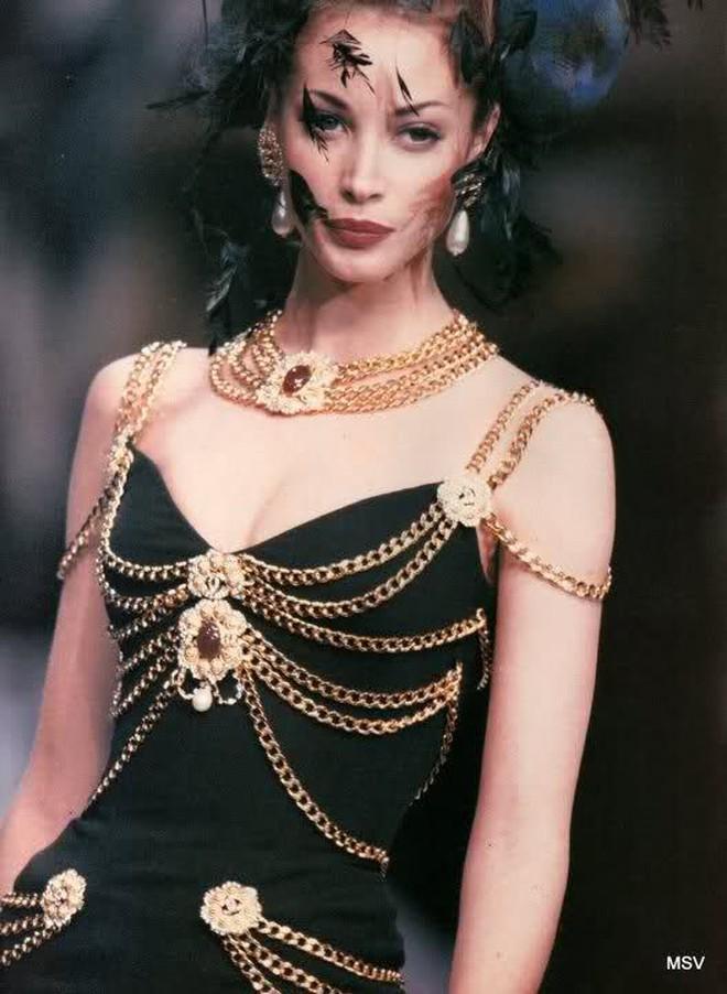 Thương thay chiếc váy Chanel: Tuổi đời 29 năm, bị copy trắng trợn để Á hậu Kim Duyên lẫn... mỹ nhân Thuỷ Thủ Mặt Trăng diện - ảnh 3
