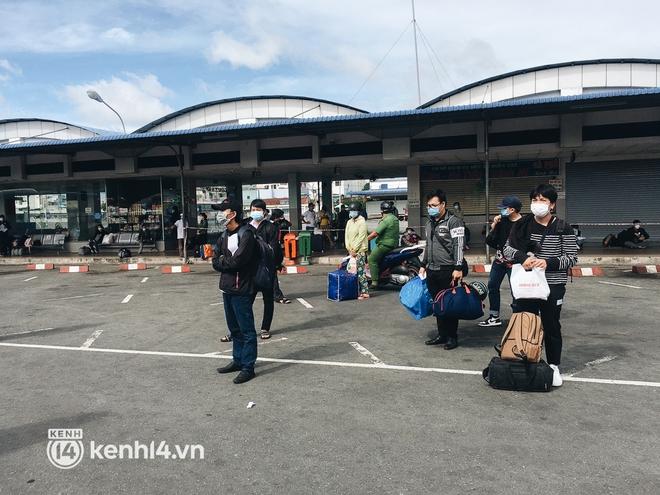 Hơn 300 người dân Bến Tre rời TP.HCM về quê trên chuyến xe đặc biệt: Được quê hương che chở sẽ an tâm hơn - ảnh 3