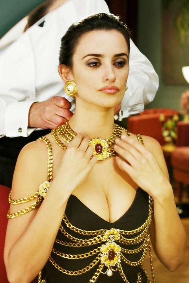 Thương thay chiếc váy Chanel: Tuổi đời 29 năm, bị copy trắng trợn để Á hậu Kim Duyên lẫn... mỹ nhân Thuỷ Thủ Mặt Trăng diện - ảnh 5