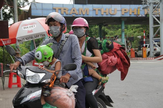 Những đứa trẻ mệt mỏi, xơ xác khi cùng bố mẹ đi hơn 1.000km về quê tránh dịch Covid-19 - ảnh 1
