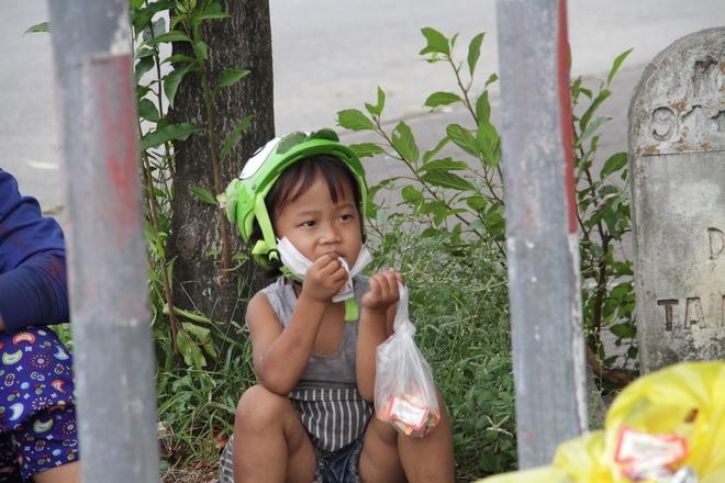 Những đứa trẻ mệt mỏi, xơ xác khi cùng bố mẹ đi hơn 1.000km về quê tránh dịch Covid-19 - ảnh 4