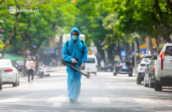 Ảnh, clip: Hà Nội đưa 50 F1 tại quận Hai Bà Trưng đi cách ly tập trung - ảnh 1