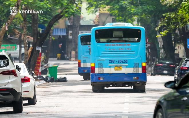 Ảnh, clip: Hà Nội đưa 50 F1 tại quận Hai Bà Trưng đi cách ly tập trung - ảnh 5