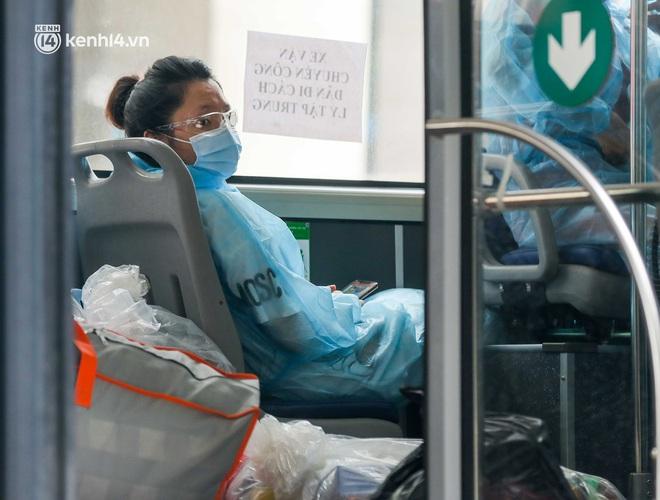 Ảnh, clip: Hà Nội đưa 50 F1 tại quận Hai Bà Trưng đi cách ly tập trung - ảnh 4