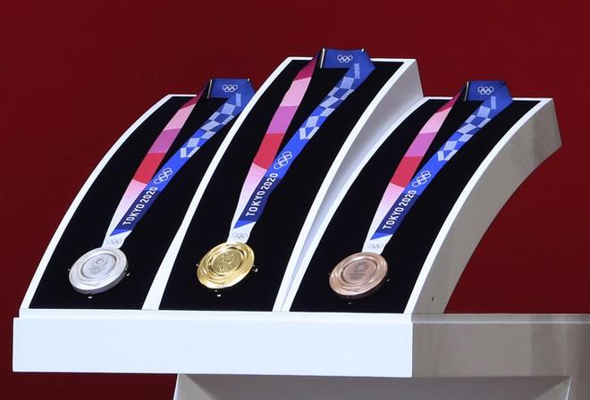 Ngỡ ngàng bật ngửa với giá trị thật của những tấm huy chương tại Olympic Tokyo: HCĐ còn rẻ hơn một bộ đồ ngoài chợ ở Việt Nam - ảnh 1