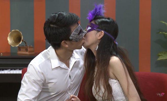 Để trai lạ sờ soạng, hôn vồ vập trên show hẹn hò, nữ vũ công Việt bị cha ruột từ mặt! - ảnh 1