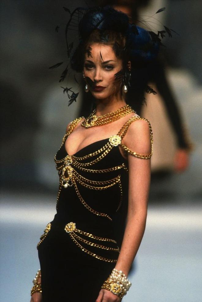 Thương thay chiếc váy Chanel: Tuổi đời 29 năm, bị copy trắng trợn để Á hậu Kim Duyên lẫn... mỹ nhân Thuỷ Thủ Mặt Trăng diện - ảnh 2