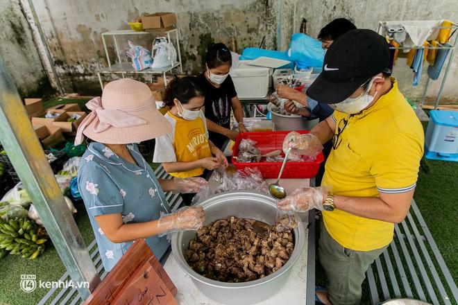 Chuyện cư dân chung cư ở Sài Gòn nấu hàng trăm suất ăn mỗi ngày tiếp sức các Bệnh viện dã chiến: Những người tham gia phải có xét nghiệm âm tính - ảnh 1