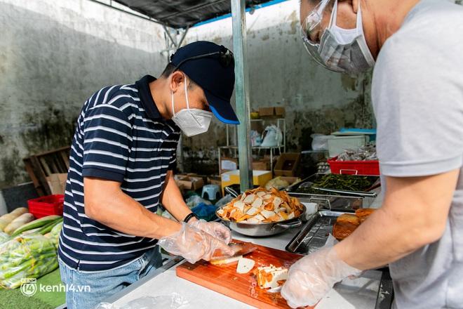 Chuyện cư dân chung cư ở Sài Gòn nấu hàng trăm suất ăn mỗi ngày tiếp sức các Bệnh viện dã chiến: Những người tham gia phải có xét nghiệm âm tính - ảnh 17