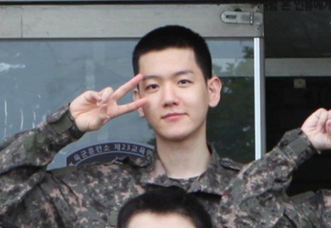 """Baekhyun (EXO) gây bão vì ảnh đầu tiên trong quân ngũ: U30 mà mặt mộc như em bé, netizen ầm ầm xin bí kíp """"hack tuổi"""" - ảnh 1"""