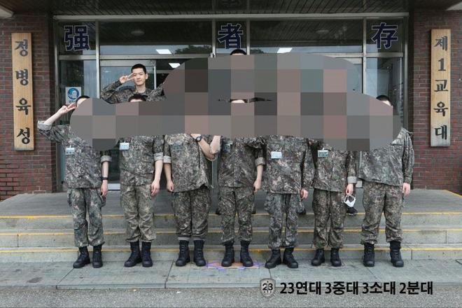 """Baekhyun (EXO) gây bão vì ảnh đầu tiên trong quân ngũ: U30 mà mặt mộc như em bé, netizen ầm ầm xin bí kíp """"hack tuổi"""" - ảnh 2"""