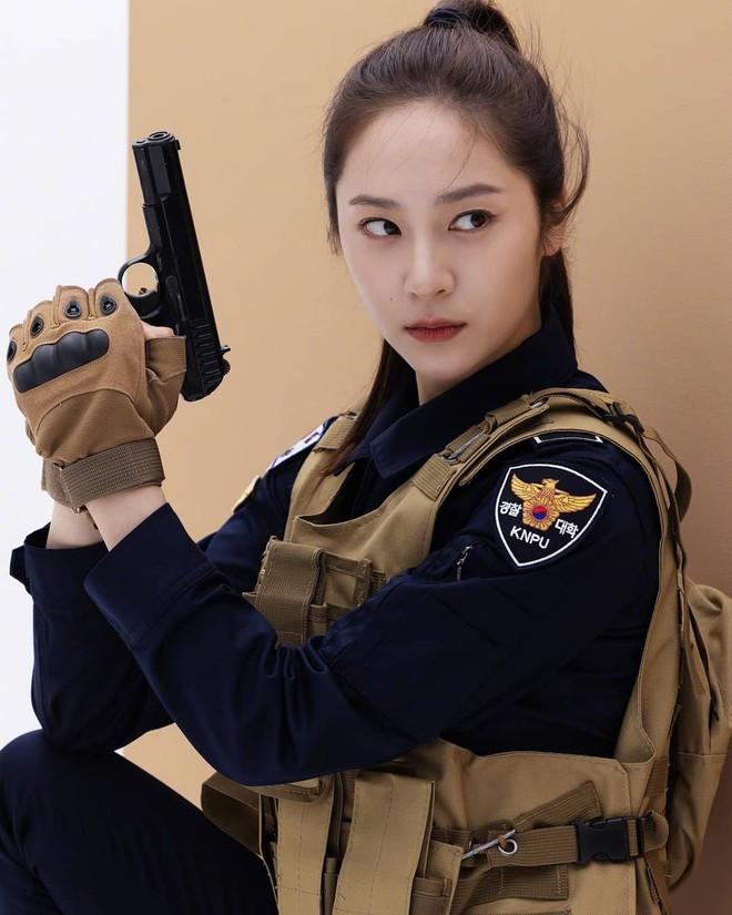 Chết chìm với bể visual bùng nổ của cảnh sát Krystal ở phim mới, netizen đùa bắt em đi chị ơi - ảnh 1