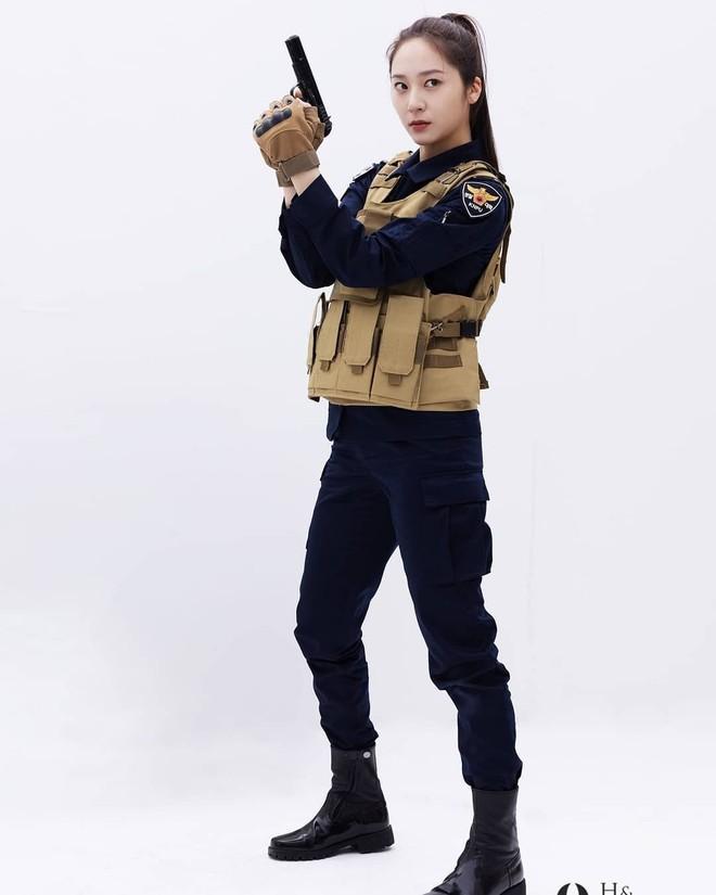 Chết chìm với bể visual bùng nổ của cảnh sát Krystal ở phim mới, netizen đùa bắt em đi chị ơi - ảnh 6