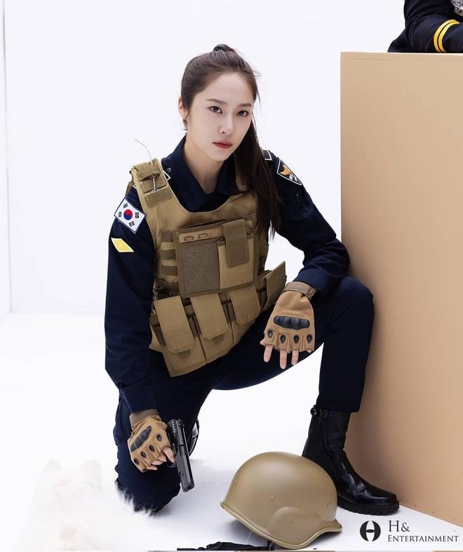 Chết chìm với bể visual bùng nổ của cảnh sát Krystal ở phim mới, netizen đùa bắt em đi chị ơi - ảnh 4