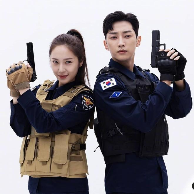 Chết chìm với bể visual bùng nổ của cảnh sát Krystal ở phim mới, netizen đùa bắt em đi chị ơi - ảnh 14