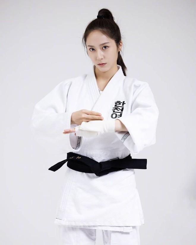 Chết chìm với bể visual bùng nổ của cảnh sát Krystal ở phim mới, netizen đùa bắt em đi chị ơi - ảnh 8
