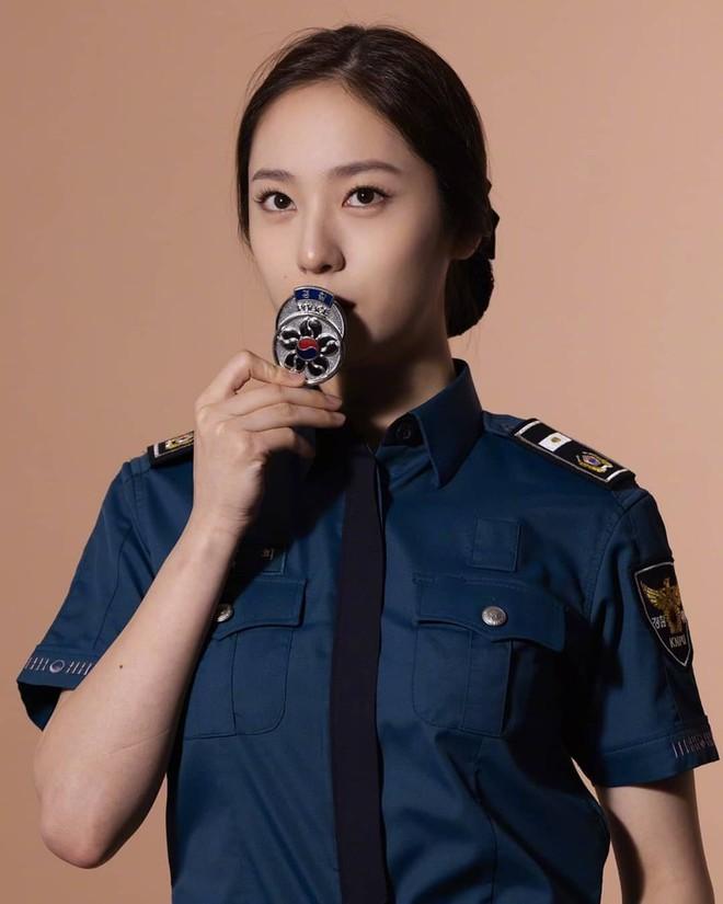 Chết chìm với bể visual bùng nổ của cảnh sát Krystal ở phim mới, netizen đùa bắt em đi chị ơi - ảnh 11