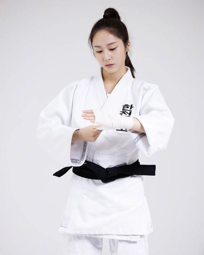 Chết chìm với bể visual bùng nổ của cảnh sát Krystal ở phim mới, netizen đùa bắt em đi chị ơi - ảnh 7