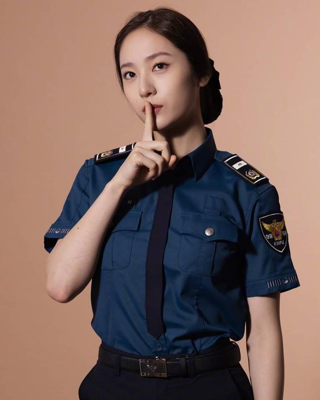 Chết chìm với bể visual bùng nổ của cảnh sát Krystal ở phim mới, netizen đùa bắt em đi chị ơi - ảnh 9