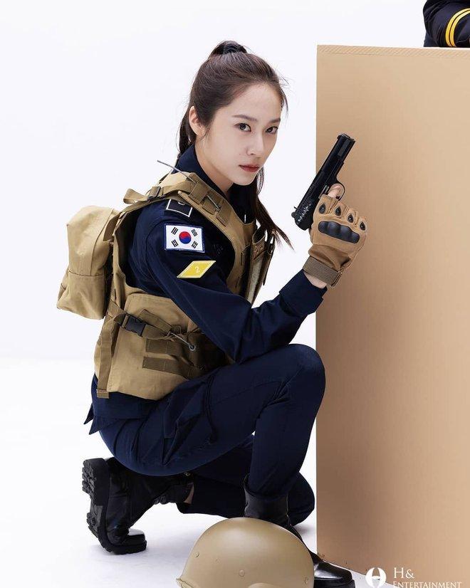 Chết chìm với bể visual bùng nổ của cảnh sát Krystal ở phim mới, netizen đùa bắt em đi chị ơi - ảnh 5
