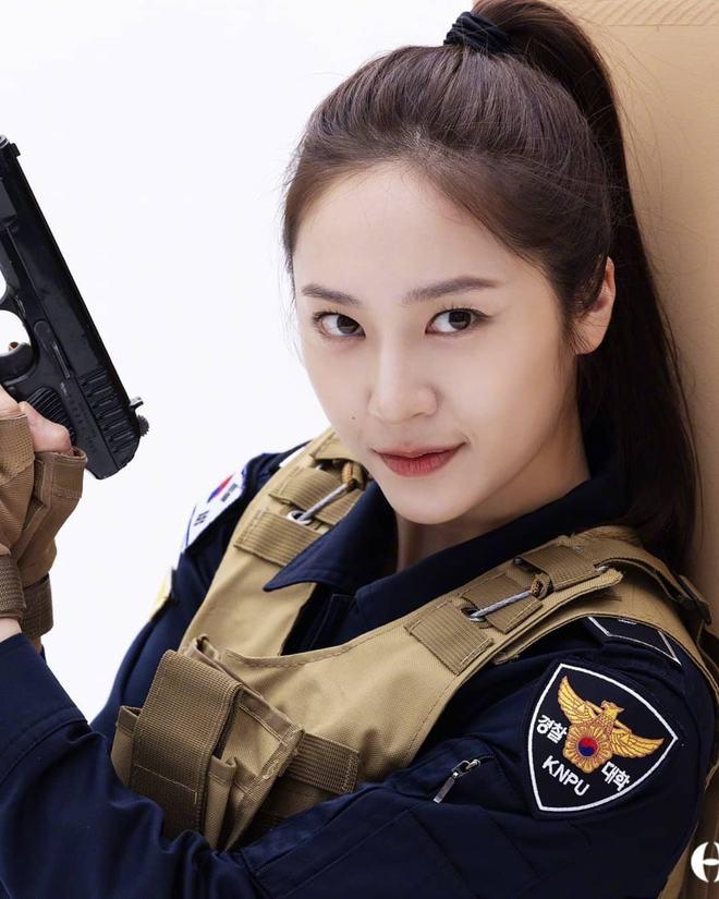 Chết chìm với bể visual bùng nổ của cảnh sát Krystal ở phim mới, netizen đùa bắt em đi chị ơi - ảnh 2