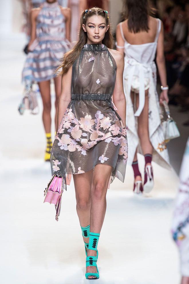 Vì sao người mẫu quốc tế luôn thả rông khi trình diễn trên sàn diễn thời trang? - ảnh 2
