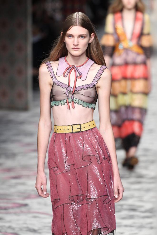 Vì sao người mẫu quốc tế luôn thả rông khi trình diễn trên sàn diễn thời trang? - ảnh 1