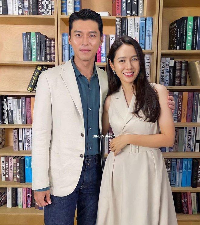 MXH nổ vì ảnh Hyun Bin - Son Ye Jin lần đầu cùng dự sự kiện hậu công khai hẹn hò, đã mặc đồ đôi còn ôm ấp như phu thê? - ảnh 2